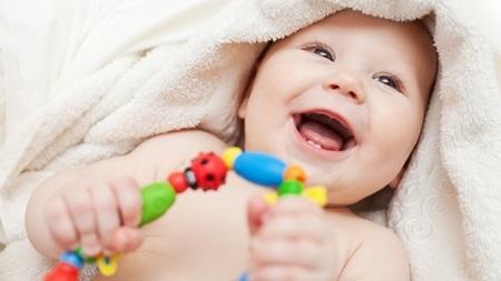 baby-with-mitten 赤ちゃんの引っ掻き傷を見るのは切ない・・。パパ必見の引っ掻き傷対策!