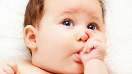 赤ちゃんの指しゃぶり!ベタベタ汚いだけじゃない父親が知っておくべきこんな理由