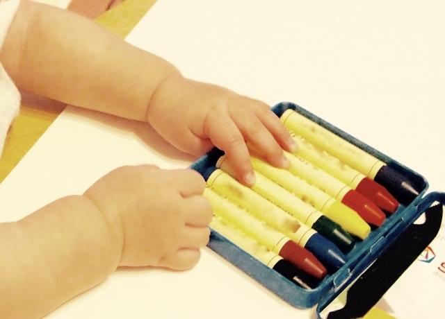 赤ちゃんがクレヨンを食べる!!すぐに行うべき対処法と今後の対策法とは?